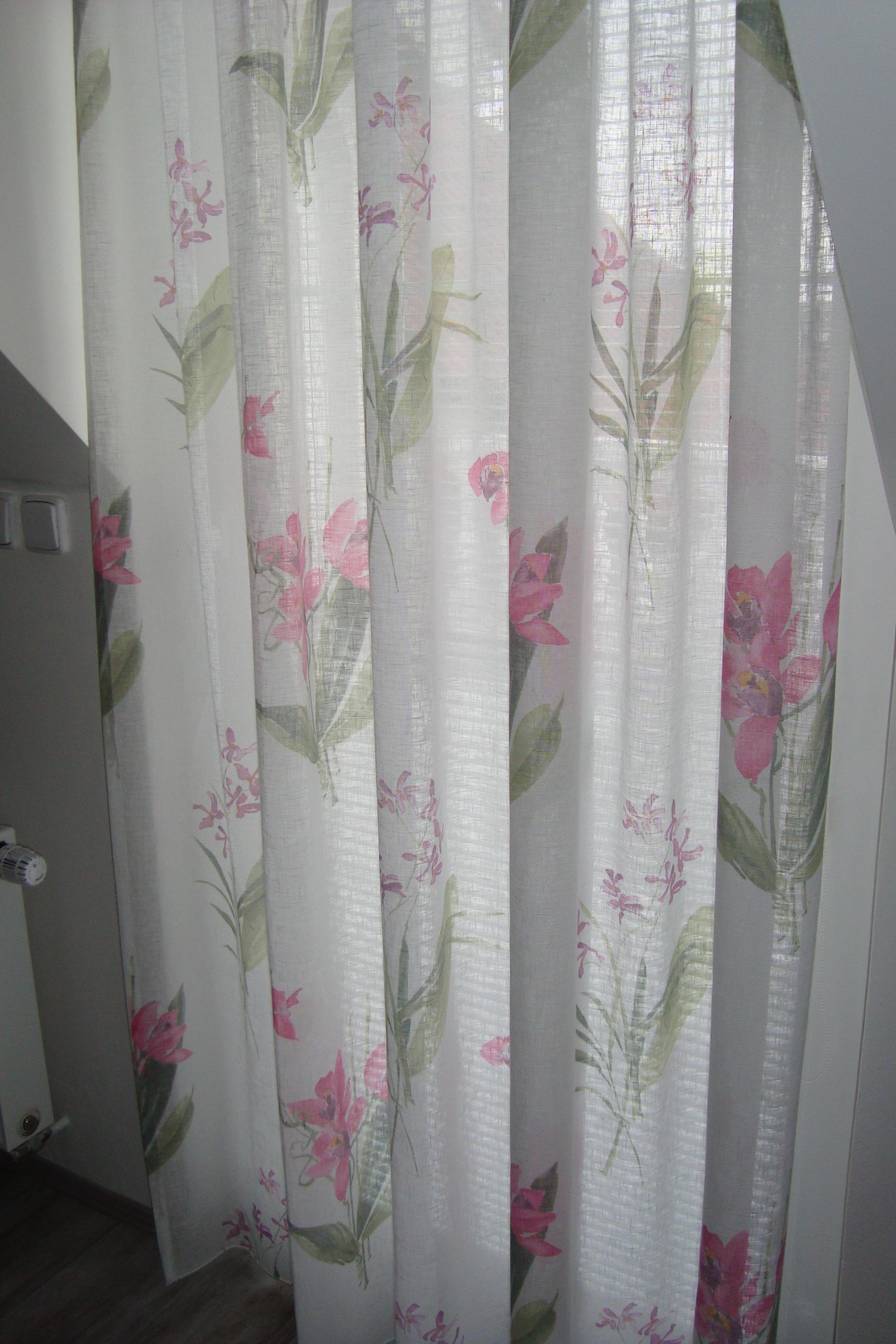 wohnzimmer hell lila: Wohnzimmer – Gardinen und ein Überwurf in rosa, lila und mit