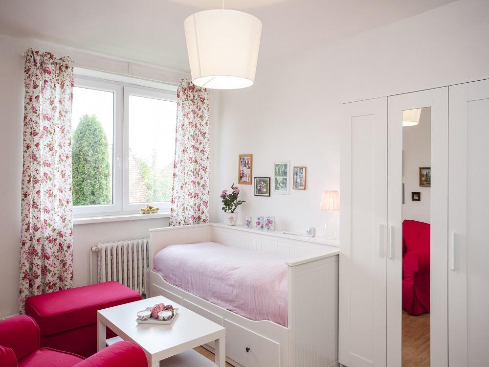 ein zimmer wie f r dornr schen mit vorh ngen wie sonst als mit rosen heimtex ideen. Black Bedroom Furniture Sets. Home Design Ideas