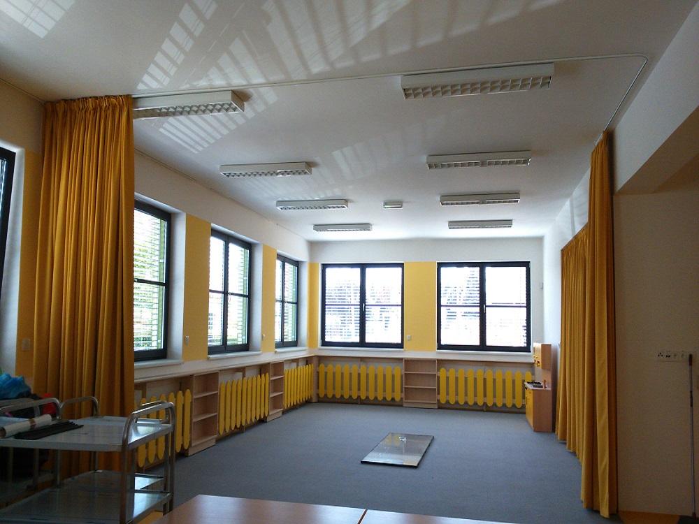 Ein kindergarten vier vorhangsfarben heimtex ideen - Vorhang fa r regal ...