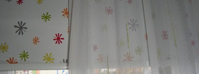 bunte rollos als erfrischende grundlage f r zarte gardinen heimtex ideen. Black Bedroom Furniture Sets. Home Design Ideas