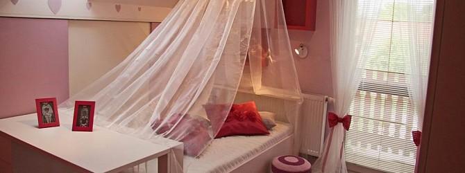 Ein m dchenzimmer mit luftiger dekoration heimtex ideen for Dekoration madchenzimmer