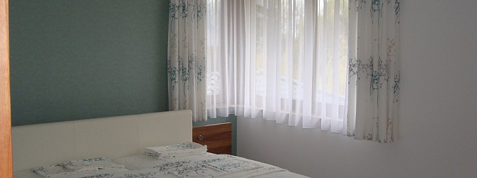 ein gem tliches schlafzimmer mit dekorationen in k hlen farbt nen heimtex ideen. Black Bedroom Furniture Sets. Home Design Ideas