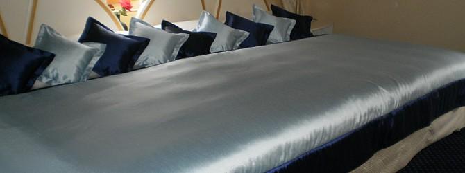 eine tagesdecke und ein meer von kissen wie in einem m rchen heimtex ideen. Black Bedroom Furniture Sets. Home Design Ideas