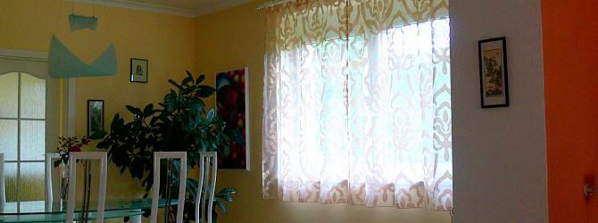 eine verwirklichung von gardinen mit plastik verzierungen. Black Bedroom Furniture Sets. Home Design Ideas