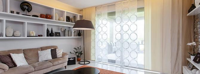 Ein wohnzimmer mit einer wechselhaften abschirmung durch japanische schiebew nde heimtex ideen - Japanisches wohnzimmer ...