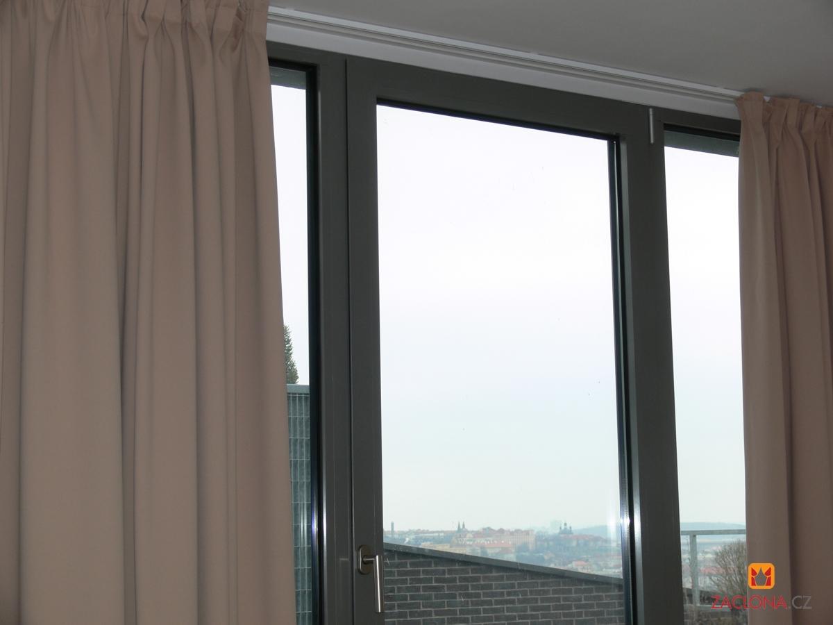 ... Große Fenster : Zuverlässige Abschirmung für das große Fenster